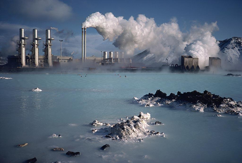 """人类对能源的需求永无止境,而目前所使用的主流能源石油和煤炭储量是有限的,为了这些能源人类纠纷不断,甚至大打出手,石化能源资源,在经济飞速发展的情况下消耗越来越大,储量也在绝对减少,对世界上任何一个国家来说,都是如鲠在喉的,特别是发达国家。因此,新能源发电成了各国能源战略的出路。水能需要水利条件,核能存在安全隐患,人们将目光放在了太阳能、风能、生物质能和地热能,试图利用它们进行发电,替代传统能源。   但近十年来,清洁新能源的利用计划并不顺利,2012年""""双反""""后,中国国内光伏"""